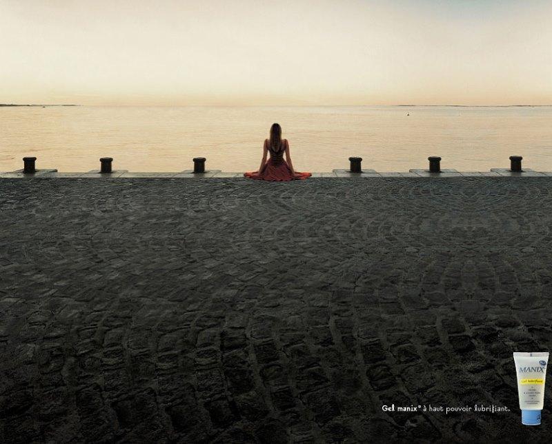Реклама интимного геля-смазки для женщин. Обратите внимание, НА ЧЁМ она сидит :)