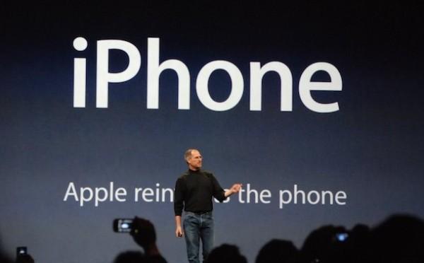"""Надпись на заднем плане: """"Apple изобретает телефон заново"""""""