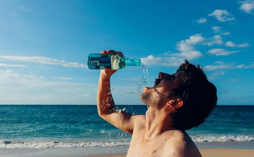 Неожиданно — 8 мифов о том, как правильно пить воду в жару